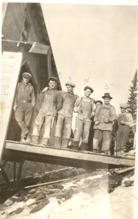 Group of men in front of Duthie Mine (descriptions1301)