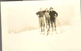 3 unknown men on skis (descriptions4363)