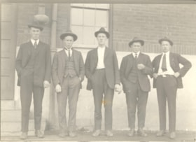 5 unknown men outside brick building (descriptions4367)
