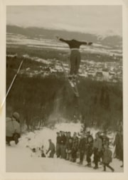 Crowd watching a ski jumper (descriptions6589)